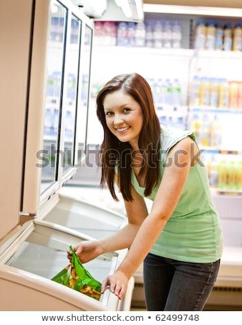 Glimlachend jonge vrouw product supermarkt voedsel Stockfoto © wavebreak_media