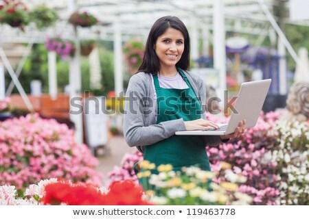 mulher · usando · laptop · jardim · centro · sorrindo · computador - foto stock © wavebreak_media