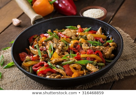 Keverés tyúk zöldség fokhagyma szójaszósz háttér Stock fotó © Peteer