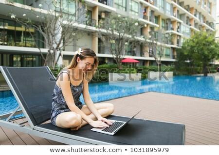 Utilizzando il computer portatile piscina luce donna laptop Foto d'archivio © HighwayStarz