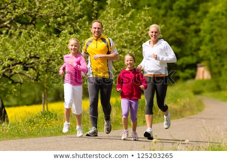 Laufende Familie auf Wiese 2 Stock foto © Kzenon