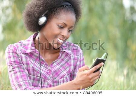 Vrouw buitenshuis draagbaar digitale muziekspeler Stockfoto © photography33