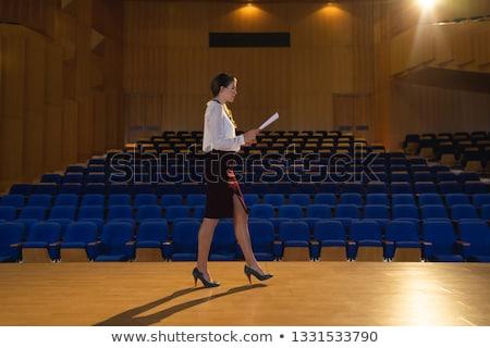 Vue de côté femme d'affaires apprentissage script Photo stock © wavebreak_media