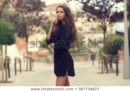 Bella giovani bruna posa verde abito Foto d'archivio © lithian