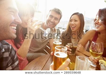 Freunde Sitzung bar trinken Frau Essen Stock foto © IS2
