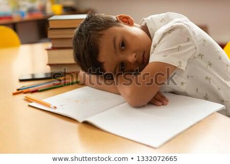 Elöl kilátás figyelmes iskolás fiú dől asztal Stock fotó © wavebreak_media