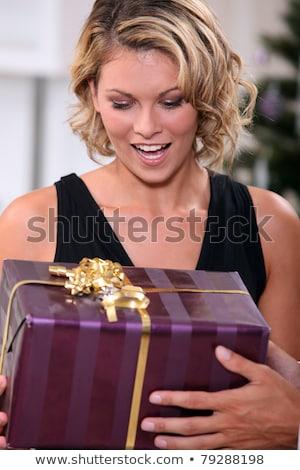 Mulher jovem encantado natal apresentar árvore Foto stock © photography33