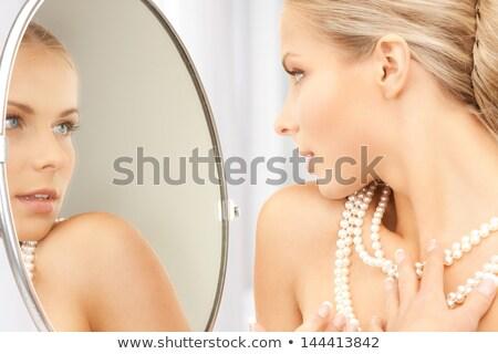Mooie vrouw parel kralen spiegel foto vrouw Stockfoto © dolgachov
