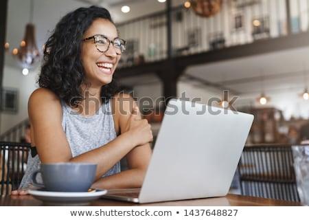 Foto stock: Ujer · joven · trabajando · afuera · en · la · computadora · y · tomando · café