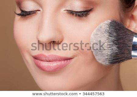 Mosolyog gyönyörű nő jelentkezik bőrpír arc ecset Stock fotó © deandrobot