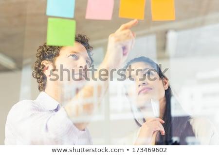 Empresária olhando nota pegajosa escritório mulher leitura Foto stock © wavebreak_media