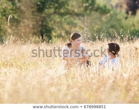 Glimlachend paar ontspannen korenveld vrouw man Stockfoto © IS2