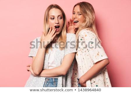 Emocjonalny młodych kobiet znajomych stwarzające odizolowany różowy Zdjęcia stock © deandrobot