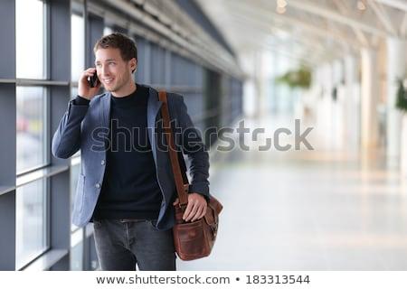 sonriendo · hombre · mirando · una · buena · noticia · joven - foto stock © feedough