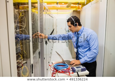 Technicus hoofd telefoons met behulp van laptop server kamer Stockfoto © wavebreak_media
