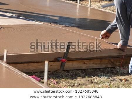 Trabajador de la construcción línea mojado cubierta cemento construcción Foto stock © feverpitch
