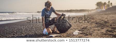 Fiatalember takarítás felfelé tengerpart természetes oktatás Stock fotó © galitskaya