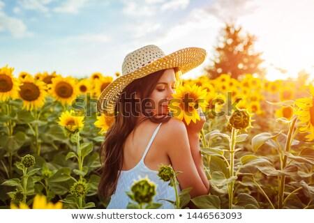 mujer · atractiva · sentimiento · libre · aire · libre · mujer · sonrisa - foto stock © dariazu
