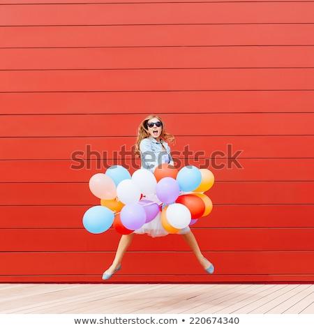 Rood hoofd ballon permanente uit menigte Stockfoto © flipfine