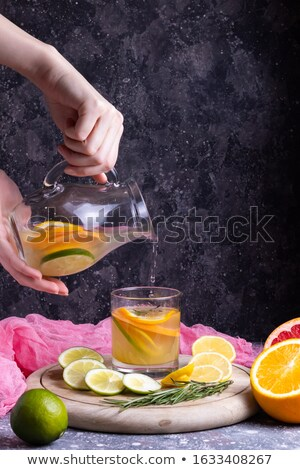 Wody szkła pomarańczowy plasterka stół kuchenny Zdjęcia stock © gravityimaging