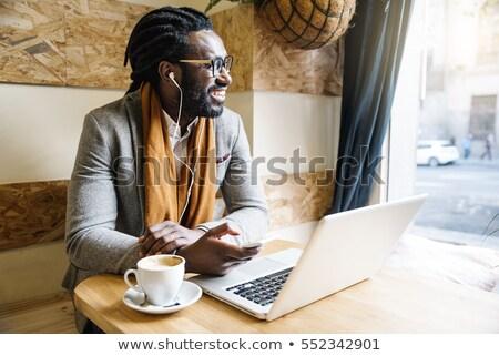 elegante · zakenman · werken · laptop · coffeeshop · gegevens - stockfoto © freedomz