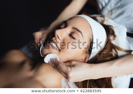 Szépségápolás bőrápolás gyönyörű fiatal nő jelentkezik krém Stock fotó © phakimata