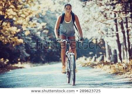 Foto stock: Jovens · equitação · bicicletas · floresta · paisagem · casal