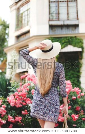 背面図 女性 花 茂み 帽子 ストックフォト © deandrobot