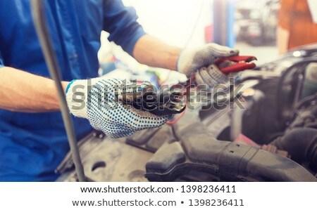 Mechanik samochodowy człowiek baterii samochodu usługi naprawy Zdjęcia stock © dolgachov