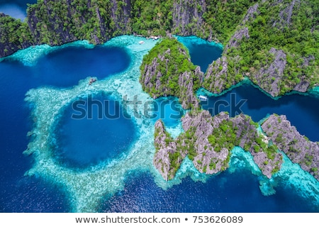 Kalksteen klif reusachtig kustlijn traditioneel boten Stockfoto © smithore
