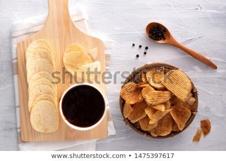 Knapperig aardappel chips zwarte peper houten kom Stockfoto © DenisMArt