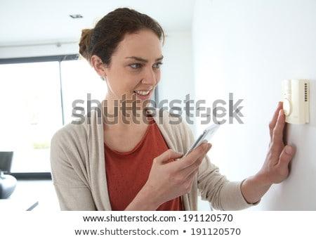 Femme programmation température à l'intérieur maison main Photo stock © Lopolo