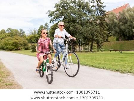 бабушки внучка Велоспорт парка семьи отдыха Сток-фото © dolgachov
