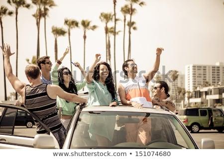 Groep jongeren drinken auto outdoor Stockfoto © boggy