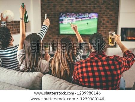 Arkadaşlar bira patlamış mısır izlerken tv ev Stok fotoğraf © dolgachov