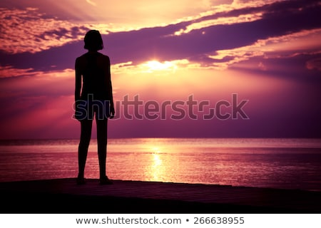 Photo belle jeune femme permanent merveilleux pourpre Photo stock © Massonforstock