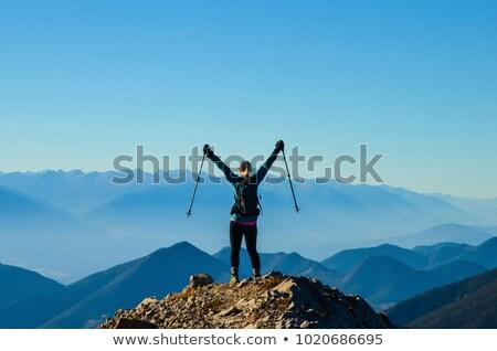 Mujer caminante montana superior mochilero aventura Foto stock © blasbike