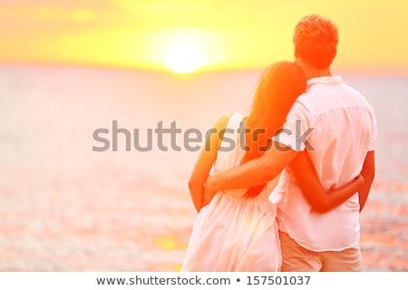 Foto stock: Belo · recém-casados · caminhada · de · mãos · dadas · pôr · do · sol · casamento