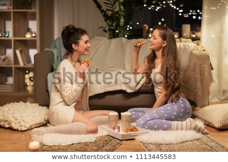 Feliz feminino amigos alimentação casa amizade Foto stock © dolgachov