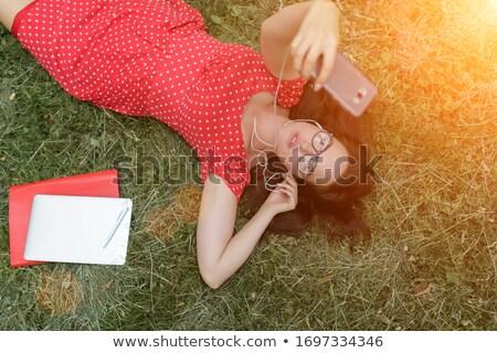 Vrouw park buitenshuis luisteren muziek Stockfoto © deandrobot