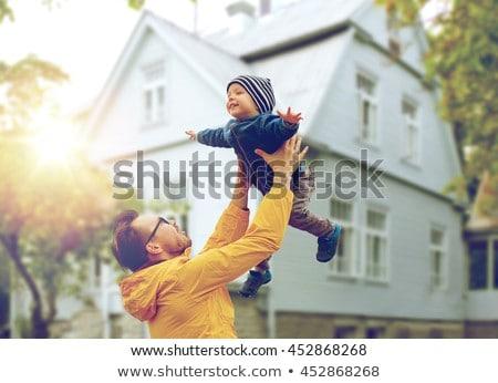 Familia feliz casa familia inmobiliario alojamiento feliz Foto stock © dolgachov