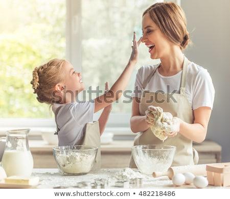 Küçük kız ev aile pişirme Stok fotoğraf © dolgachov