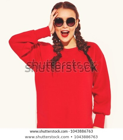 Derűs barna hajú nő lezser ruházat napszemüveg Stock fotó © deandrobot