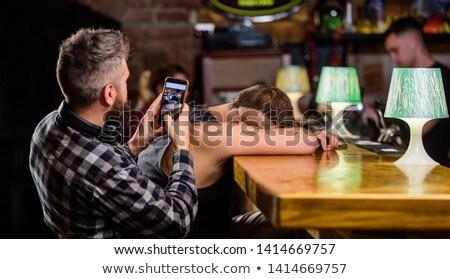 Photo stock: Bu · homme · alcool · appelant · smartphone · alcoolisme