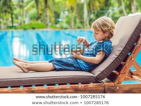 Jongen eten mango zwembad voedsel Stockfoto © galitskaya