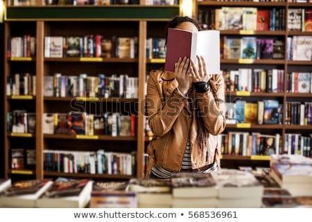 女性 読む 本棚 小さな 魅力のある女性 立って ストックフォト © lichtmeister