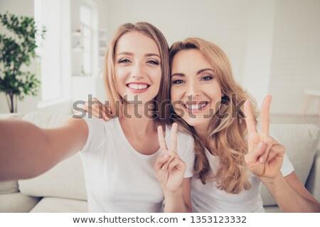 genç · kadın · iki · parmaklar · barış · imzalamak - stok fotoğraf © pablocalvog