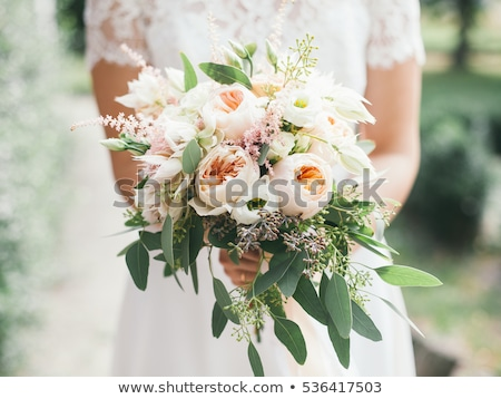 Gyönyörű esküvői csokor kezek menyasszony virágcsokor virágok Stock fotó © Yatsenko