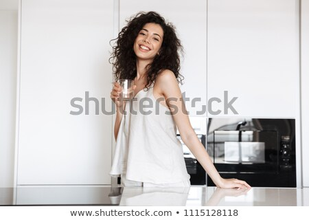 Foto schöne Frau 20s lockiges Haar halten Glas Stock foto © deandrobot