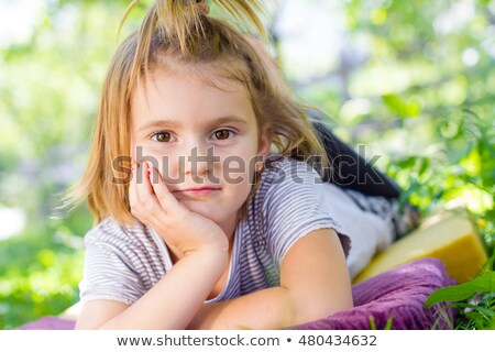 genç · kız · yazı · dergi · oturma · büyük · pencere - stok fotoğraf © deandrobot